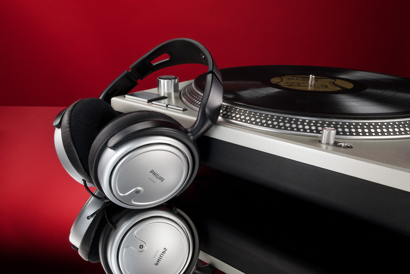Philips_Headphones_with_Technics_1200_Turntable